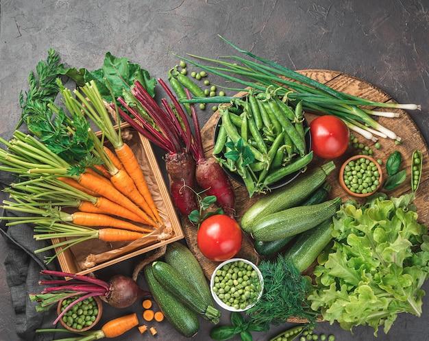 Разнообразие свежих овощей на коричневом фоне. вид сверху, тонированное изображение. место для копирования.