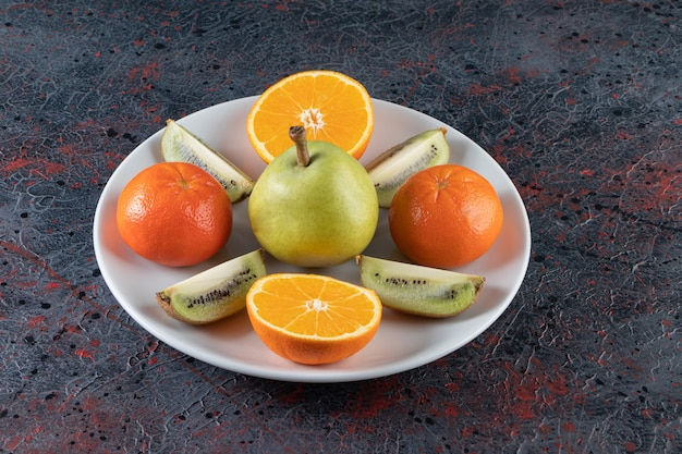 혼합 된 표면에 접시에 다양한 과일