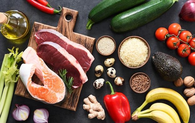 다양한 유기농 제품, 육류, 생선, 야채. 균형 잡힌 식단. 케토 다이어트.