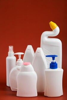 Пустые белые пластиковые бутылки различной формы с мыльными продуктами.