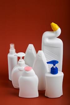 비누 제품의 다양한 모양 빈 흰색 플라스틱 병.