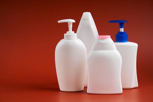 Пустые белые пластиковые бутылки различной формы для мыльных продуктов
