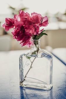 赤い花のためのガラス瓶から作られた花瓶