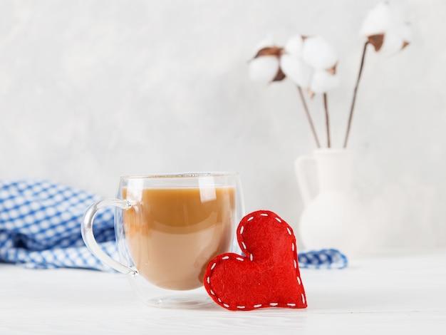 면화, 붉은 마음, 모닝 커피와 함께 꽃병에 대한 가벼운 벽, 개념, 발렌타인 데이 엽서.