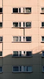 화창한 날에 창문이있는 새로운 주거용 건물의 수직 샷