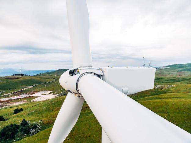 Очень крупный план лопастей ротора и ветряной турбины.