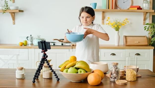 ビデオブロガーの女の子が料理ブログのビデオコンテンツを録画します。