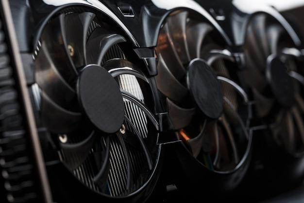 Видеокарта с тремя вентиляторами вряд ли может считаться мощной системой охлаждения. видеочип для игр и майнинга криптовалюты. темный ключ