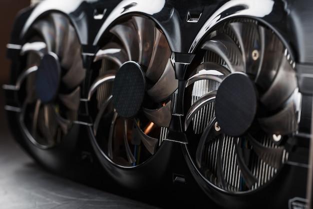 Видеокарта с тремя вентиляторами сложно назвать мощной системой охлаждения.