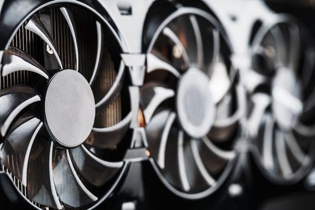 Видеокарта с тремя вентиляторами вряд ли может считаться мощной системой охлаждения.