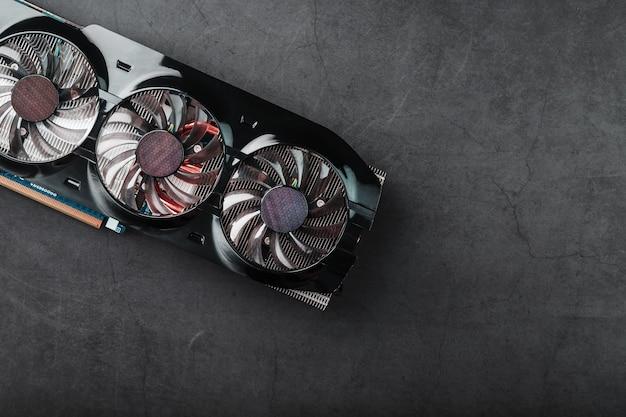 3つのファンを備えたビデオカードは、強力な冷却システムとは言えません。