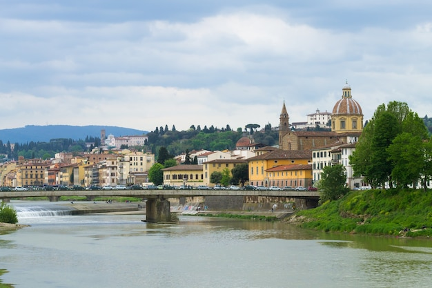 Вид из флоренции, реки арно и церкви сан-фредиано, итальянская панорама, италия