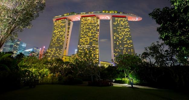 Взгляд от сада заливом на торжестве национального праздника сингапура 50-ти лет.