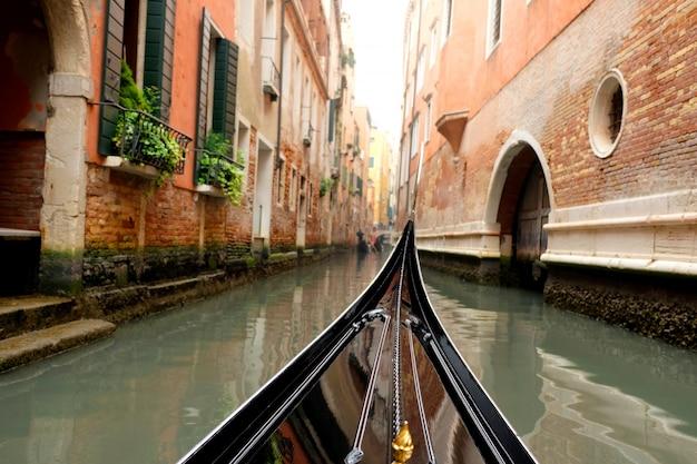 イタリアのヴェネツィアの運河をゴンドラに乗って眺める