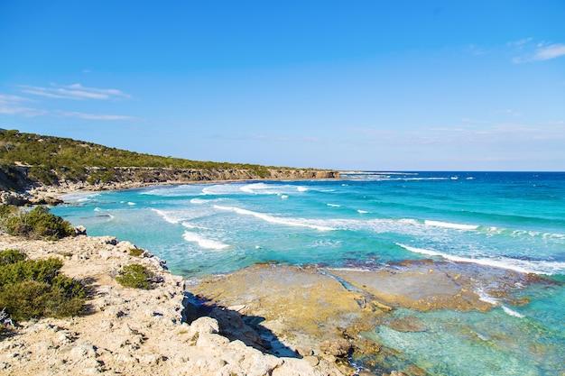 Вид на голубую лагуну недалеко от города полис, национальный парк полуострова акамас, кипр.