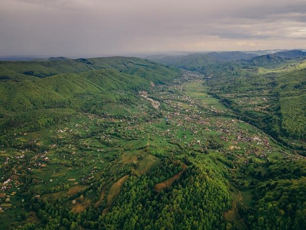 Вид на пышный зеленый склон холма
