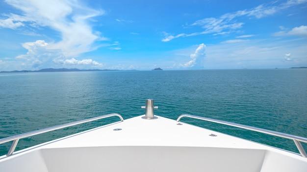 美しい海と山を背景にしたフロントラグジュアリースピードボートの眺め