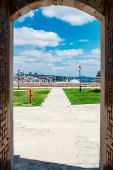 열린 문을 통해 suleymaniye 모스크의 전망대에서 이스탄불의 전망