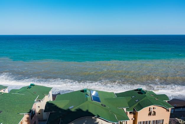 Вид на синее бурное море в солнечный день