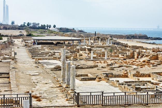 Вид на раскопки дворца ирода в национальном парке кесария маритима.