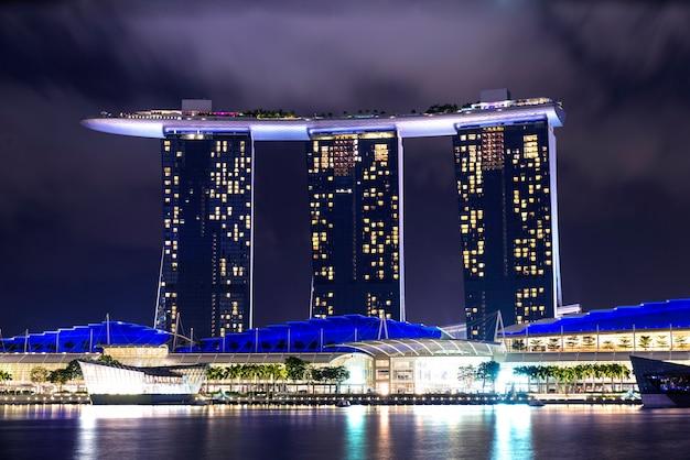 アジアの夜のシンガポールのマリーナベイの眺め