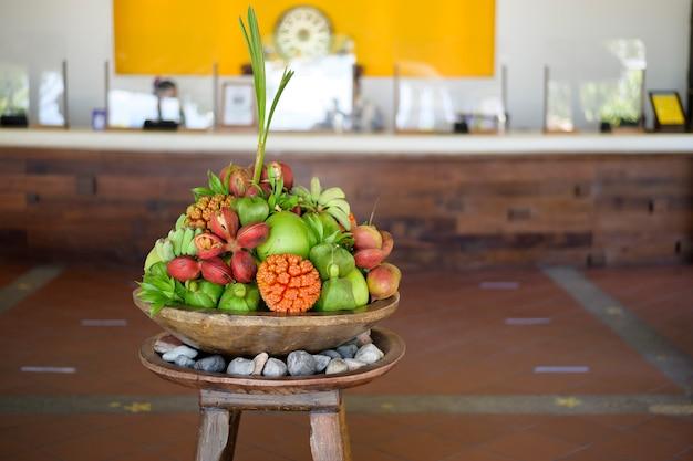 Вид на различные экзотические фрукты, представленные на стойке регистрации гостиницы.