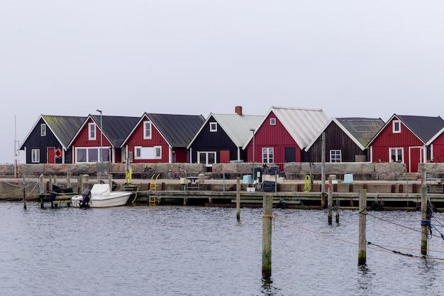 Вид на пристань для яхт на острове вэн между данией и швецией