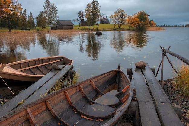Деревенская рыбацкая лодка из досок в музее-заповеднике