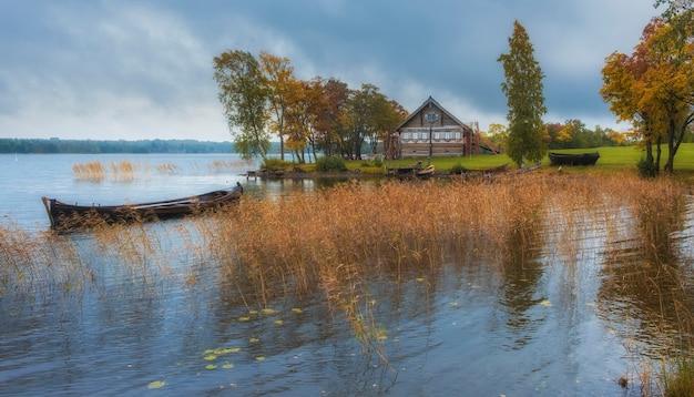 Деревенский дом из бревен в музее-заповеднике