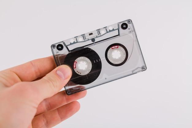 흰색 바탕에 플레이어를위한 빈티지 카세트 테이프