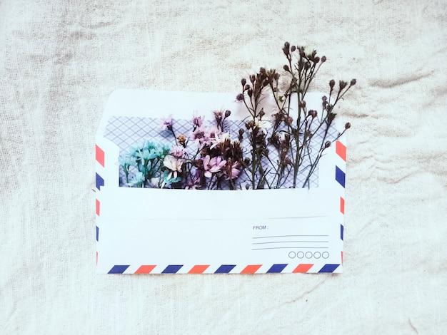 小さなかわいい花のビンテージエンベロープ。バレンタインのギフトボックスグリーティングカード