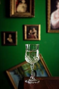Винтажный бокал белого вина в баре