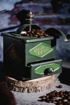 Старинная зеленая ручная кофемолка