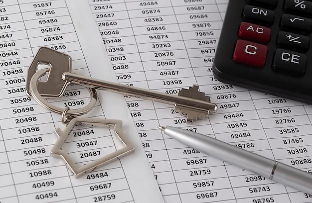 펜과 계산기가있는 비즈니스를위한 그래프 용지 문서의 빈티지 키