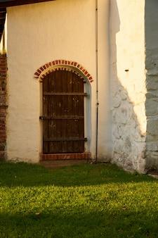 Старинная редкая деревянная дверь старого средневекового дома.