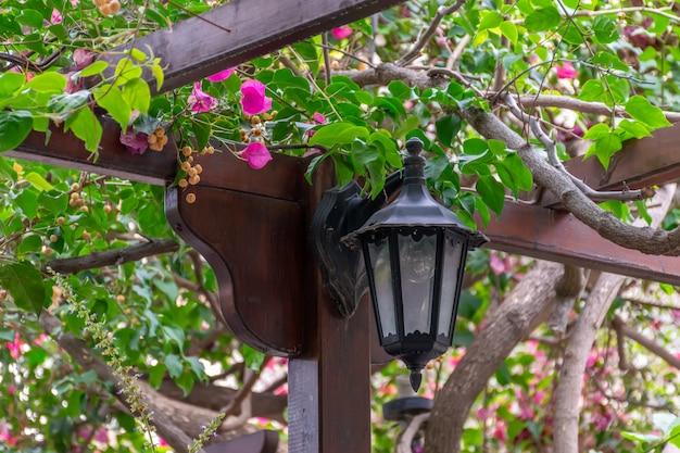 Старинный уличный фонарь освещает улицу ночью.