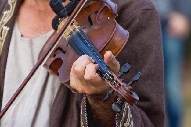 콘서트에서 바이올린 선율을 연주하는 거장_