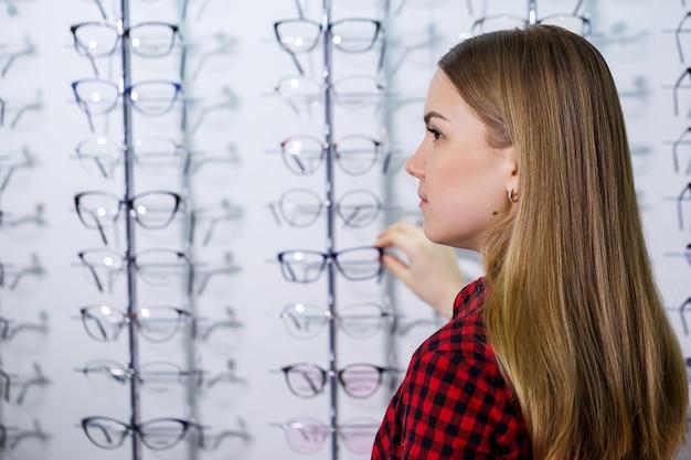 Слабовидящая девушка выбирает очки