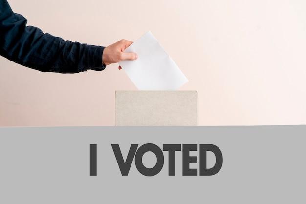 유권자의 손이 항아리에 종이를 넣어 민주주의 선거