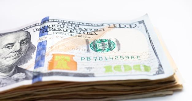 Пачка долларовых купюр, изолированных на белом на фото крупным планом