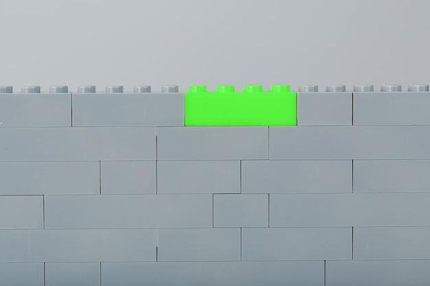 밝은 녹색 벽돌로 어린 이용 구성 키트 부품으로 만든 벽