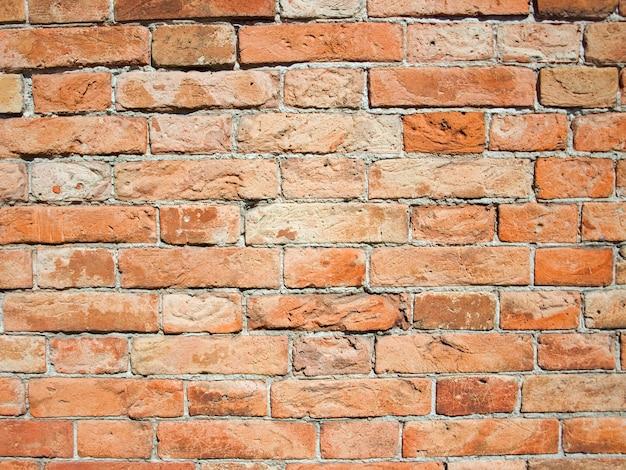 古いひびの入ったレンガで作られた壁
