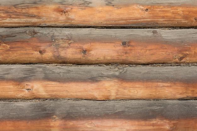 주거 마을 집의 소나무 통나무로 만든 벽. 자연스러운 배경으로.