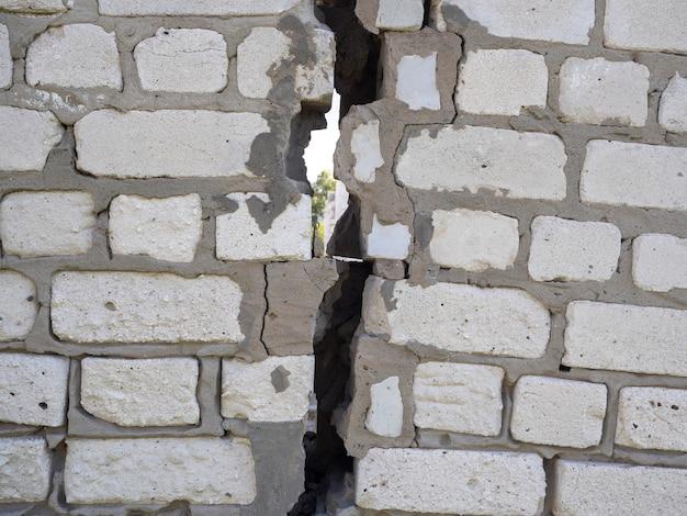 Стена из бетонных блоков с огромной трещиной