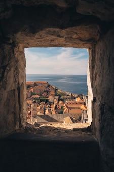 바다의 도시 풍경을 볼 수있는 벽
