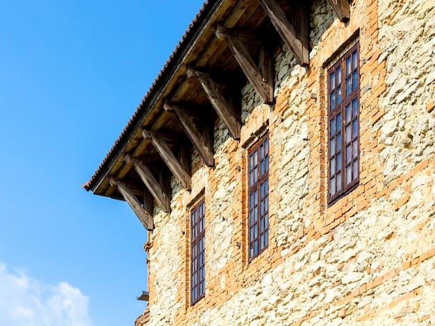 Стена с деревянными окнами в старинном доме