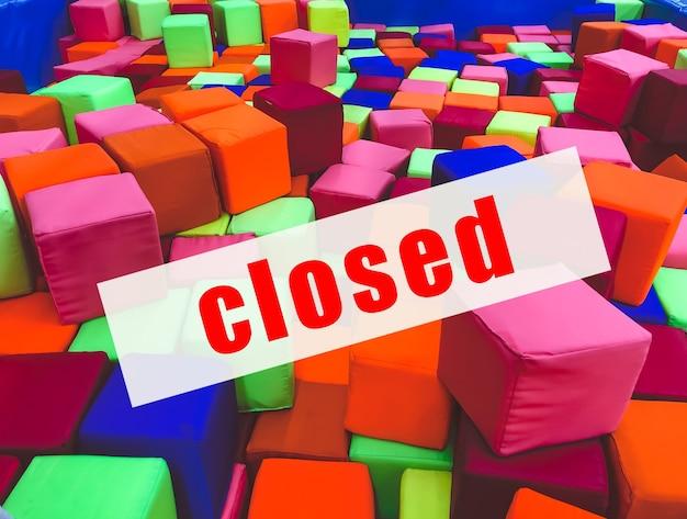 Предупреждающий знак о закрытии развлекательных центров.