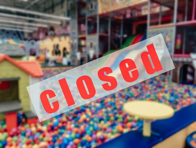 Предупреждающий знак о закрытии торговых и развлекательных центров.
