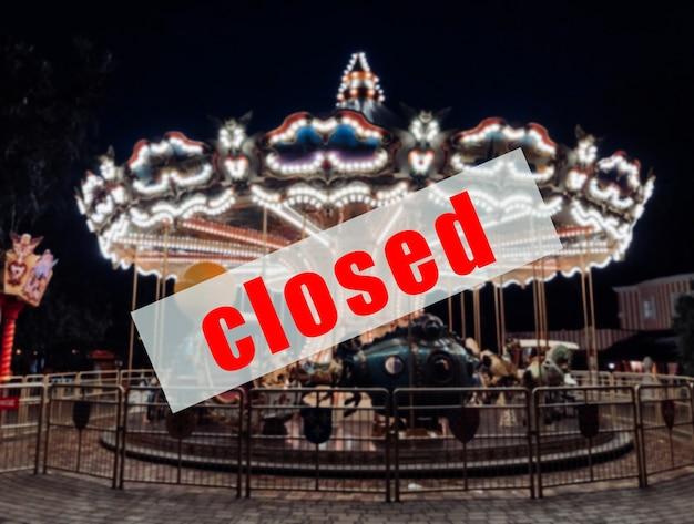 Предупреждающий знак о том, что парки развлечений закрыты.
