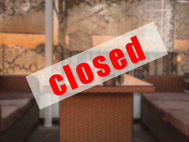Предупреждающий знак о том, что кафе, рестораны закрыты.